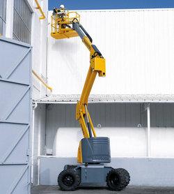 Подъёмник используется в фасадных работах